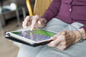 main_personne_agee_avec_tablette